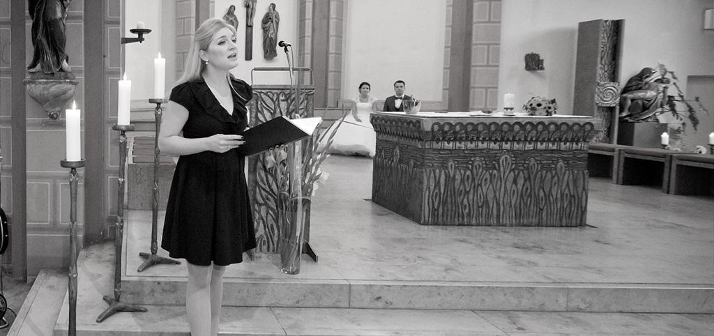 Livegesang einer Sängerin während der Trauzeremonie