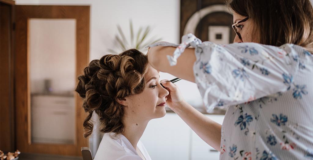 Grundierung des Braut-Make Up von Visagistin