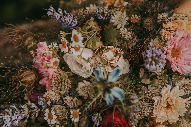 Blumenstrauss als Kissen für Trauringe