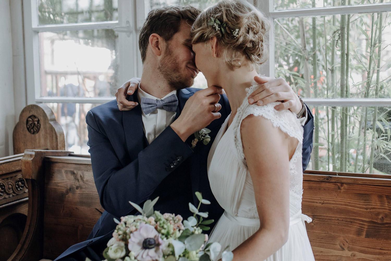 Brautpaar küsst sich beim Paarshooting
