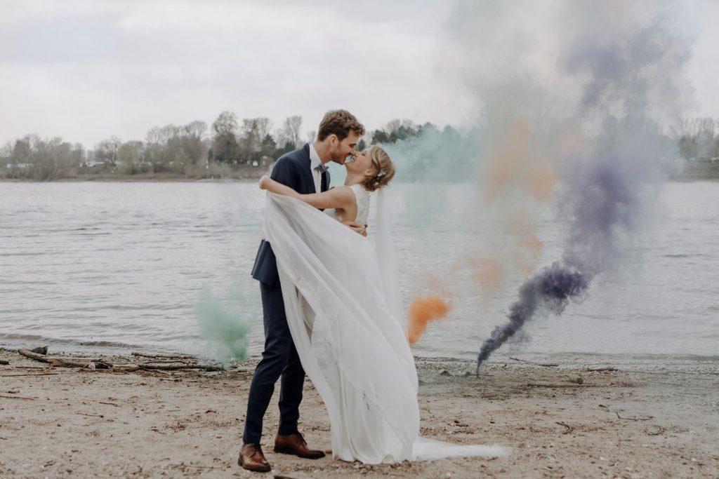 Kuss eines Paares an einem See