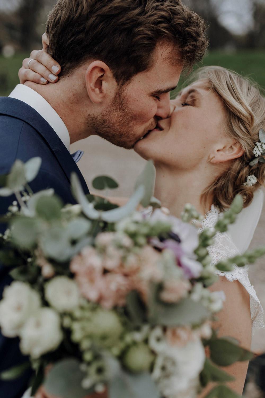 Romatischer Kuss eines Brautpaares