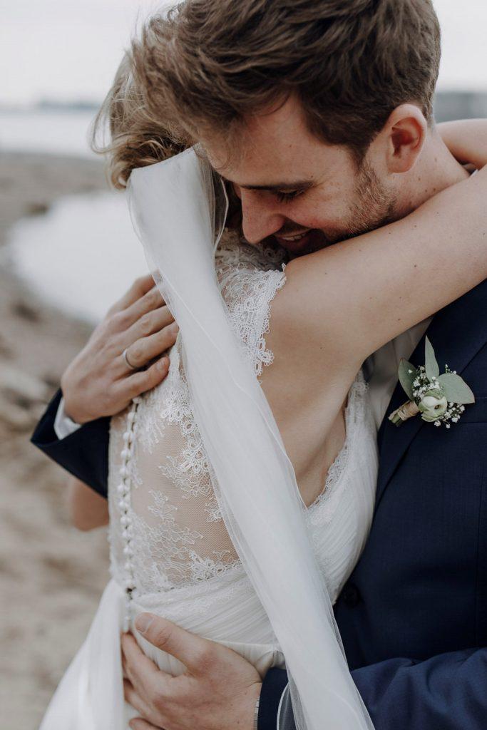 Liebevolle Umarmung des Brautpaars