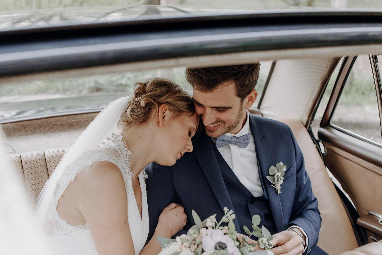 Das Brautpaar gemeinsam im Hochzeitswagen