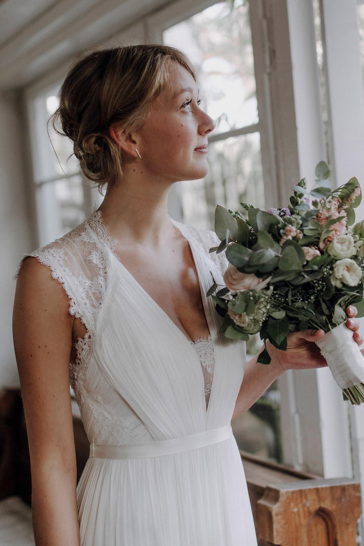 Braut wartet mit Brautstrauss am Altar