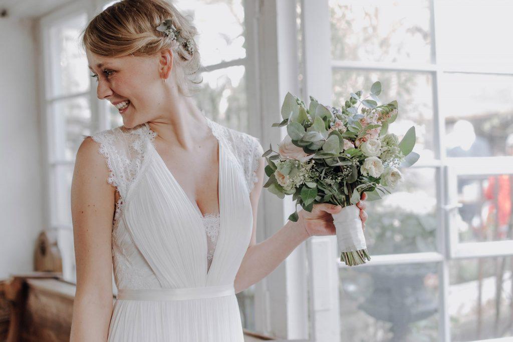 Braut wartet am Altar