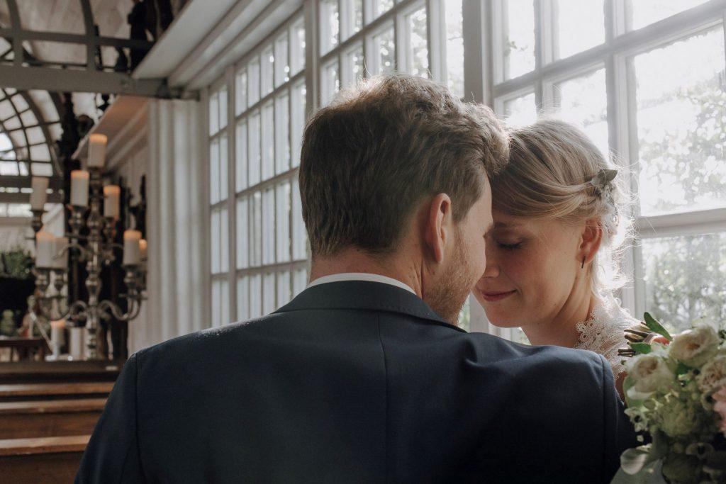Gefühlvolle Blicke eines Brautpaares