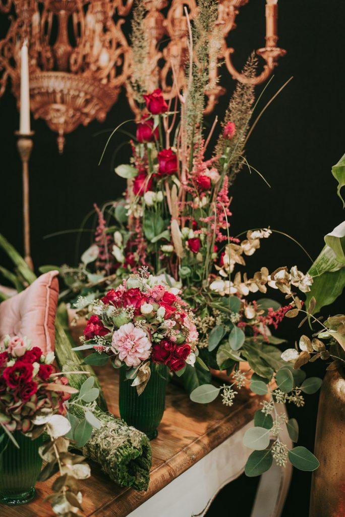 Blumen in einem roten Farbkonzept