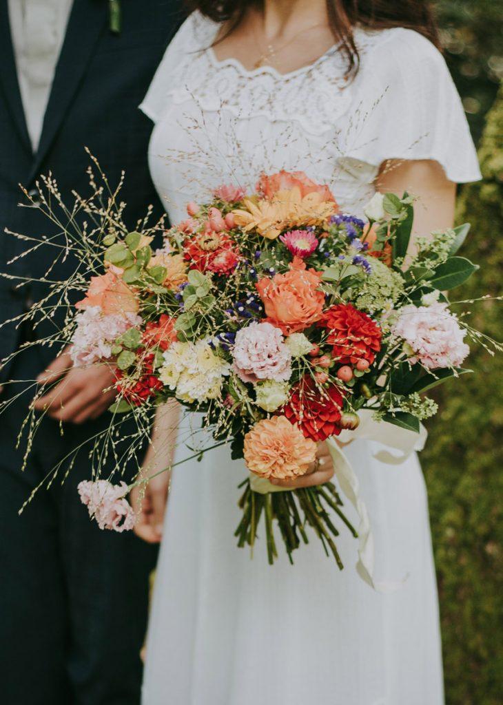 Farbkonzept eines Brautstrauß mit hellen und dunklen Farben